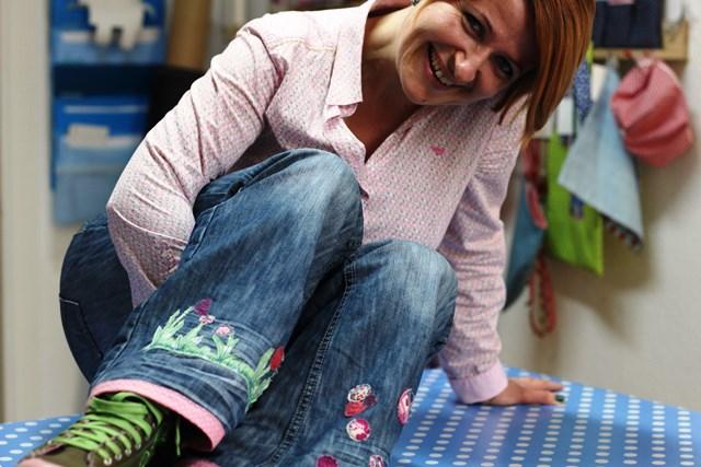 Sandra peppt ihr Jeans einfach freihand auf